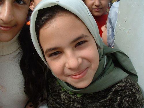 800px-Iraqi_girl_smiles