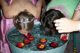 1322874421_Halloween_party_apple